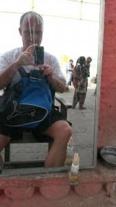 Tim beim Barbier (Bar? Bier?) in Indien